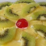 Brownie con nata y frutas